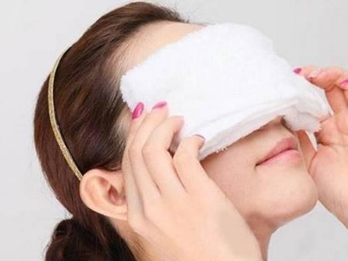 วิธีการดูแลสุขภาพสายตา สายตาล้าให้ประคบตาด้วยน้ำอุ่น