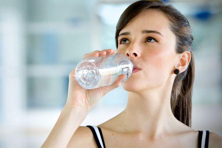 เคล็ดลับการใช้ชีวิตให้แก่ช้า ดื่มน้ำสะอาด